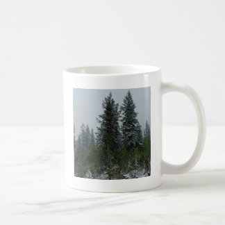 Colina de la conífera de Snowey del árbol Taza Básica Blanca