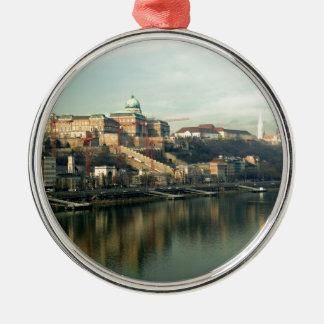 Colina del castillo de Budapest Hungría sobre el Adorno Navideño Redondo De Metal