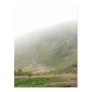 Colina verde del campo escocés tarjetas postales
