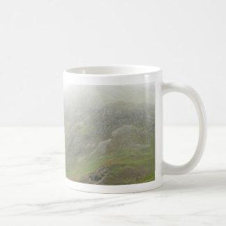 Colina verde del campo escocés taza de café