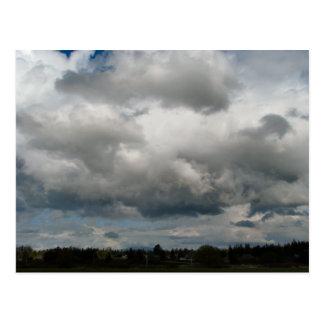 Colinas y nubes de la cascada postal