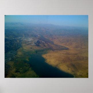 Colinas y río hermosos de California Póster