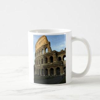 Coliseo en la puesta del sol taza