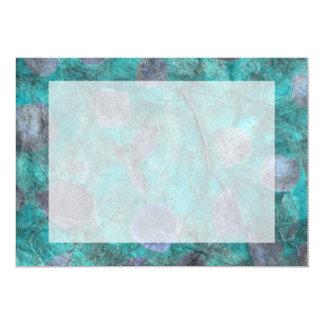 Collage azul del papel seda con los pétalos color comunicados