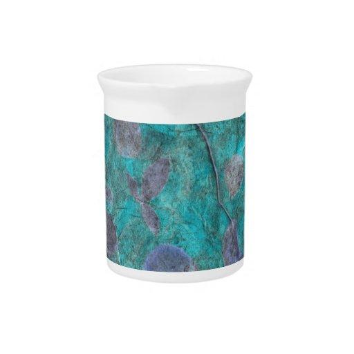 Collage azul del papel seda con los pétalos color  jarra de beber