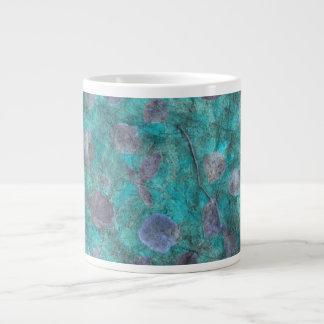 Collage azul del papel seda con los pétalos color  taza de café gigante
