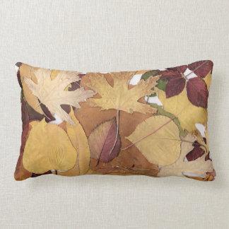 Collage colorido de las hojas de otoño cojín lumbar