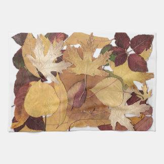 Collage colorido de las hojas de otoño toallas de mano