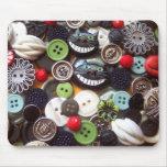 Collage con los botones negros del gato de Cheshir Mousepads