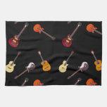 Collage de la guitarra acústica eléctrica y toallas de mano