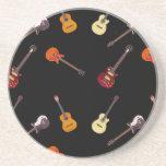 Collage de la guitarra acústica eléctrica y posavasos manualidades