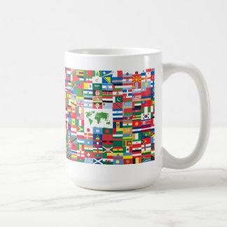 Collage de las banderas de país de todas partes de taza básica blanca