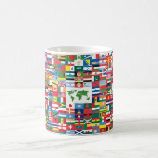 Collage de las banderas de país de todas partes taza