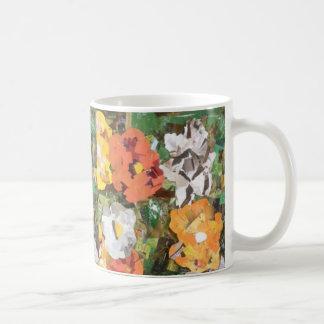 Collage de las flores de papel en amarillo y taza clásica