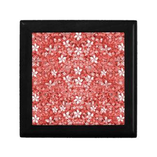 Collage del modelo de flores en coral que un joyero cuadrado pequeño