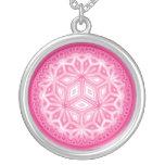 Collar abstracto floral rosado