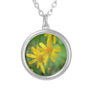 Collar amarillo de la flor
