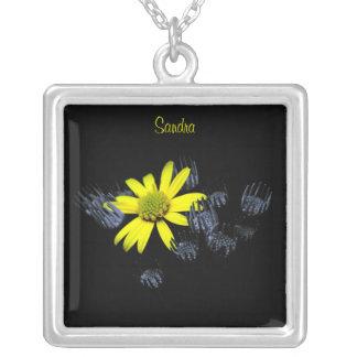 Collar amarillo de la flor de la margarita