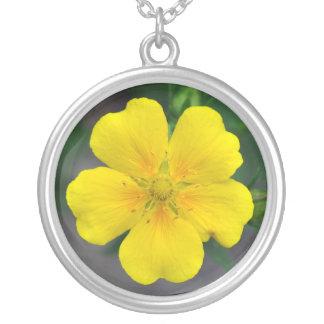 Collar amarillo del colgante de la flor del potent