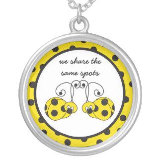 Collar amarillo deshilvanado de los mejores amigos