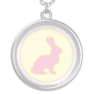 Collar amarillo y rosado del conejito