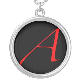 Collar ateo de la letra escarlata