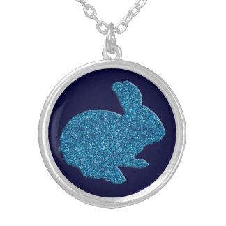 Collar azul del conejito de pascua de la silueta