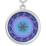 Collar azul del fractal de la mandala espiral de M