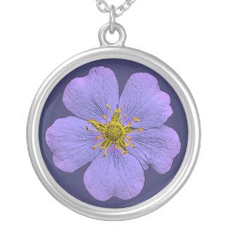Collar azul violeta del colgante de la flor del