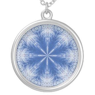 Collar azul y blanco del cristal de hielo