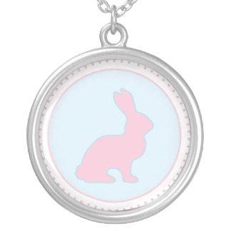 Collar azul y rosado del conejito