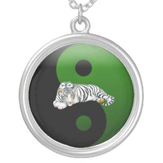 Collar blanco de Ying-Yang del tigre