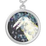 Collar blanco del arte de la fantasía del cuervo