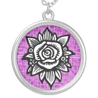 Collar blanco del mosaico del rosa color de rosa