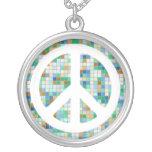 Collar blanco del signo de la paz del mosaico