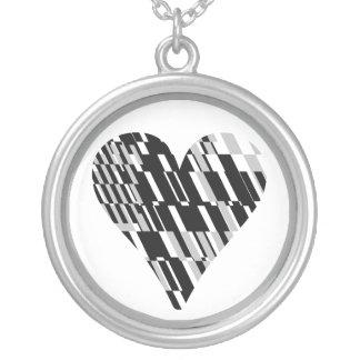 Collar blanco negro del fragmento del corazón