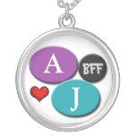 Collar blanco redondo púrpura y azul de la amistad