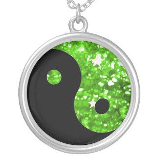 Collar brillante verde de Yin yang
