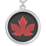 Collar canadiense rojo de la hoja de arce