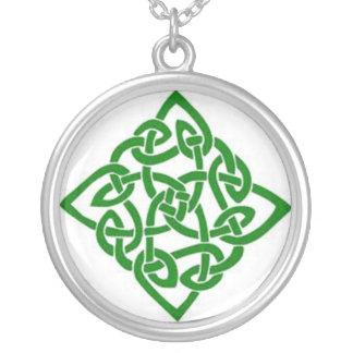 Collar céltico verde del nudo