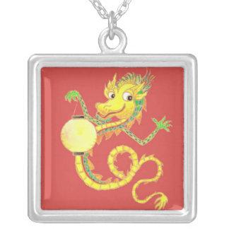 Collar chino de oro del dragón