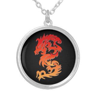 Collar chino rojo del dragón