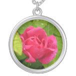 Collar color de rosa