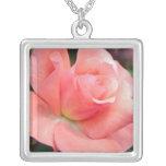 Collar color de rosa rosado de la plata esterlina