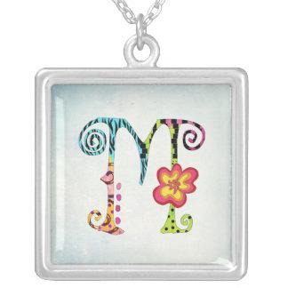 Collar colorido de la letra M del monograma