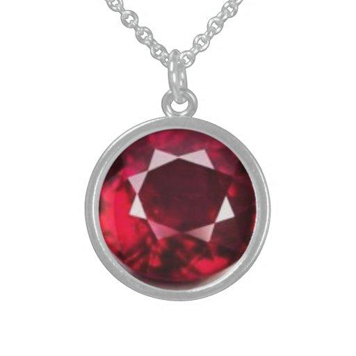 collar con la piedra preciosa de rubíes diseñada