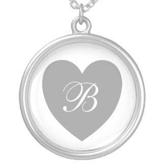 Collar con monograma del corazón de plata