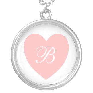 Collar con monograma del corazón rosado