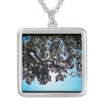 Collar cuadrado de las ramas azules