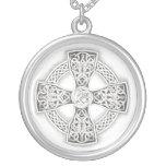 Collar de cadena de plata cruzado irlandés céltico